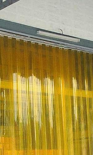 cortina amarela em tiras