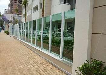 Pele de vidro em fachada